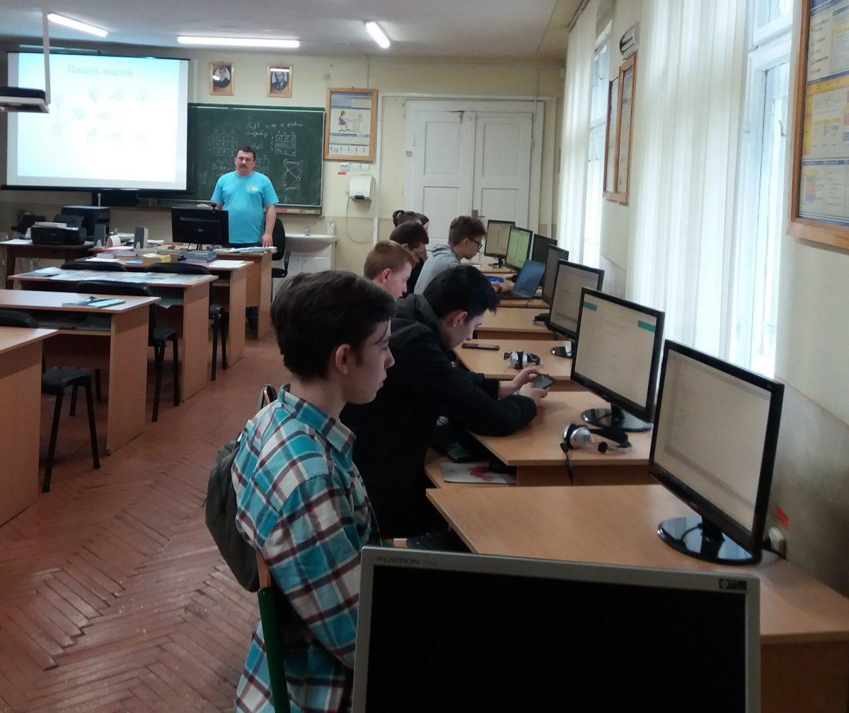 Олександр Міца проводить заняття