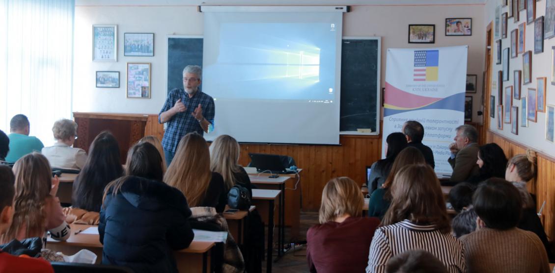 Андрій Куликов проводить тренінг на відділенні журналістики УжНУ