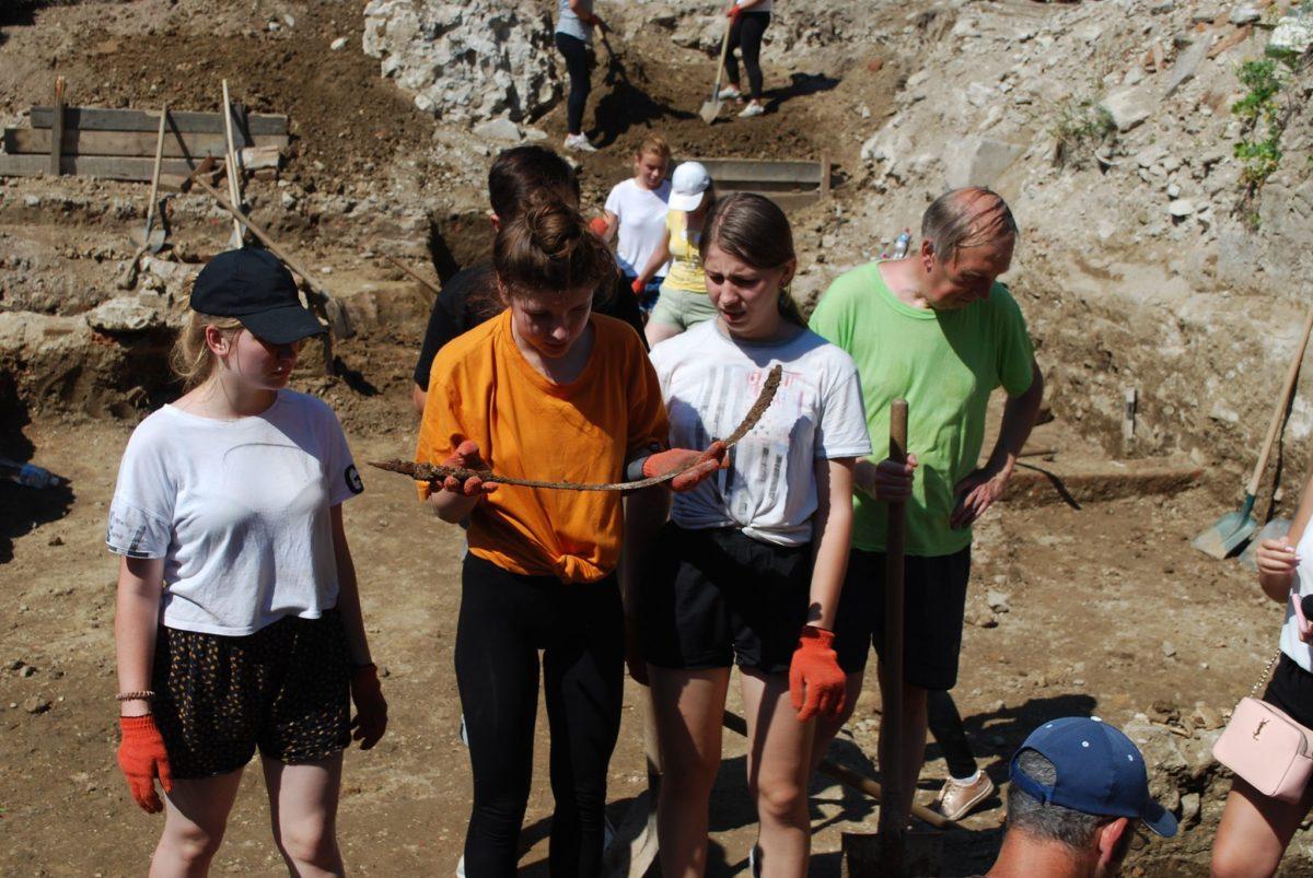 Під час розкопок знайшли середньовічний меч