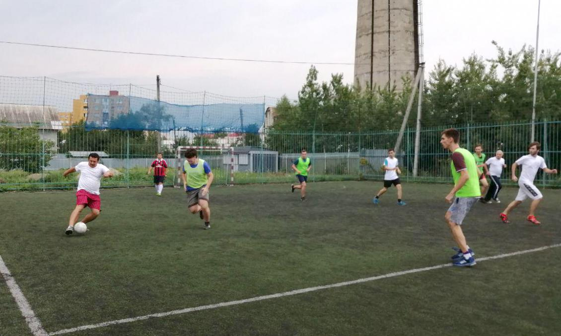 З м'ячем організатор школи Олександр Міца