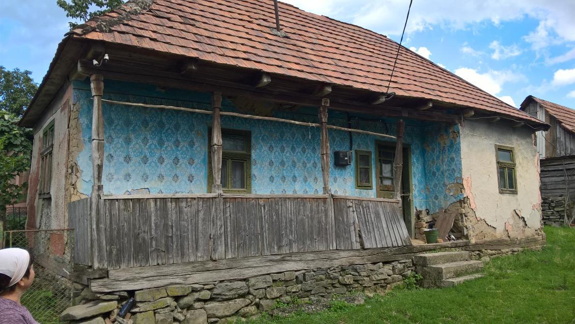 Хата у селі Щасливе