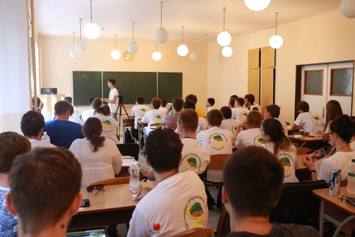 Усі студенти - у фірмових футболках Міжнародної літньої школи з програмування від компанії AZinec