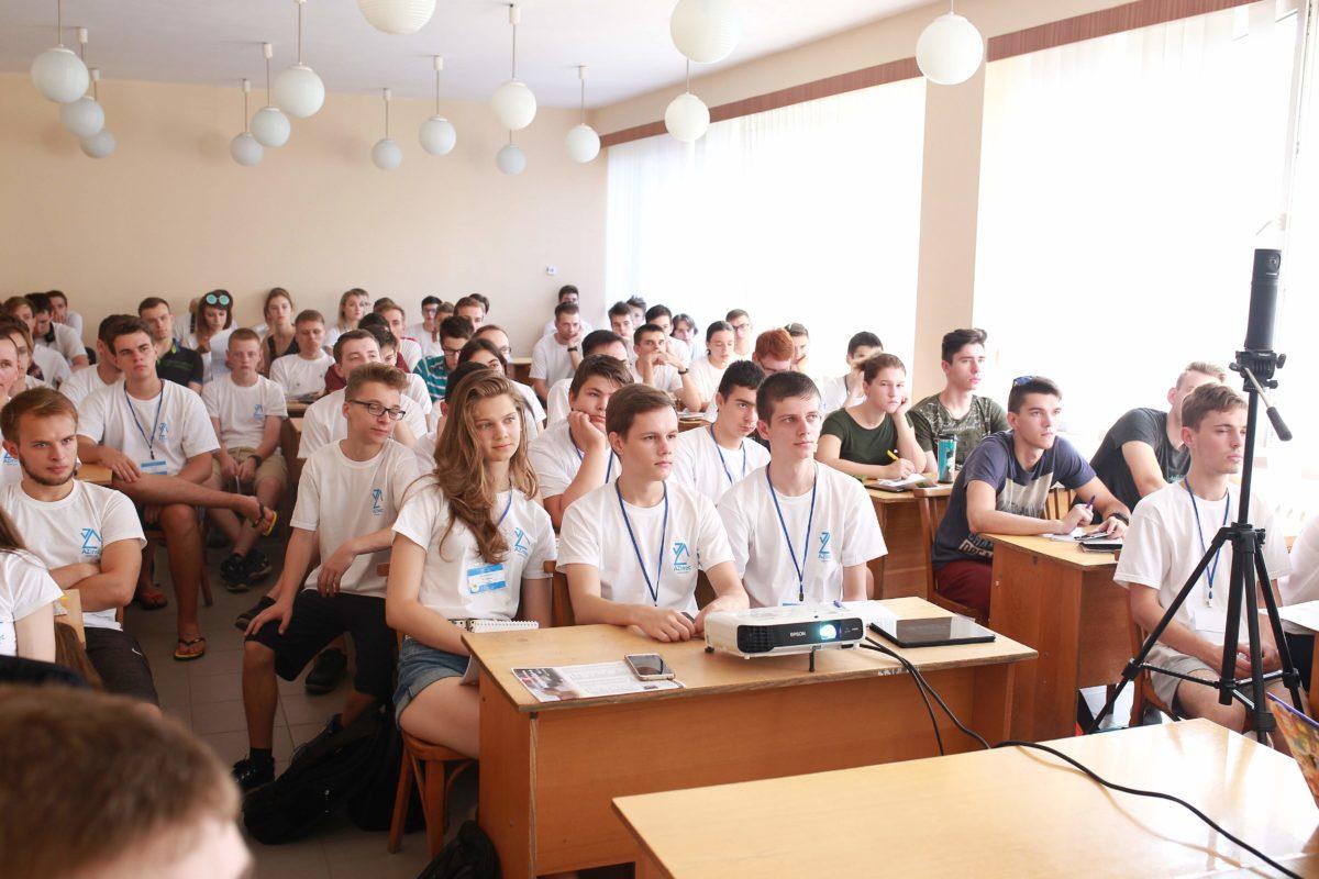 Учасники Школи з програмування слухають лекцію