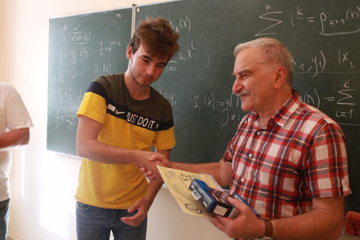 Теодор Заркуа нагороджує переможця Кубку Векуа
