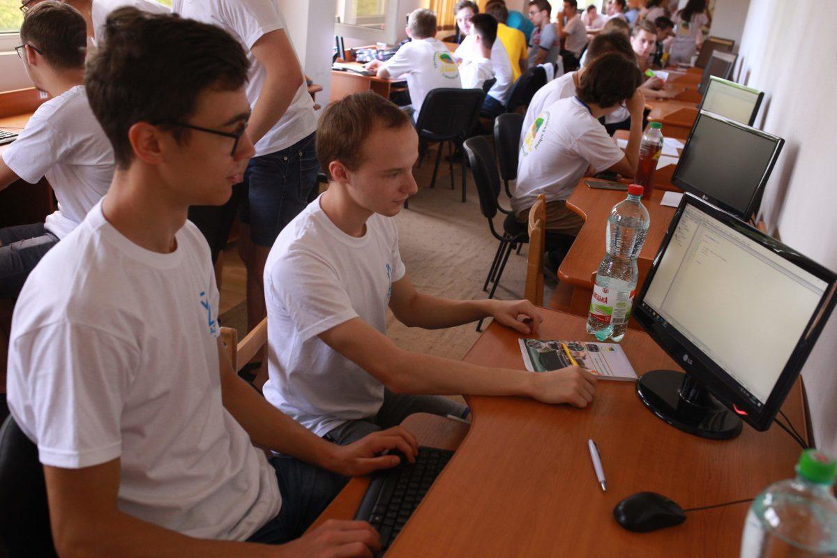 Після лекції студенти змагаються з розв'язування задач у комп'ютерних залах факультету інформаційних технологій УжНУ