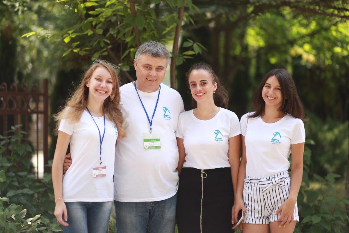 Сергій Вапнічний із учасницями школи