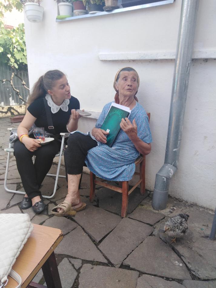 Студентка Галина Гичка спілкується з Куштан Оленою з Лохова