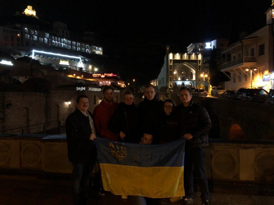 Айтівці УжНУ в центрі Тбілісі з українським прапором