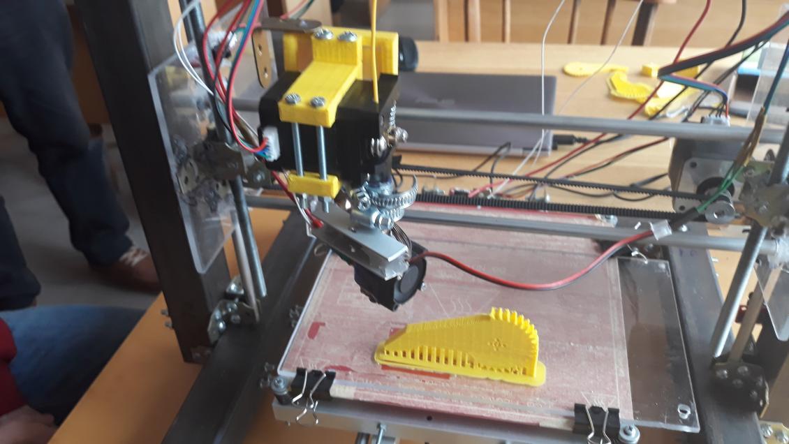 3D-принтер за роботою