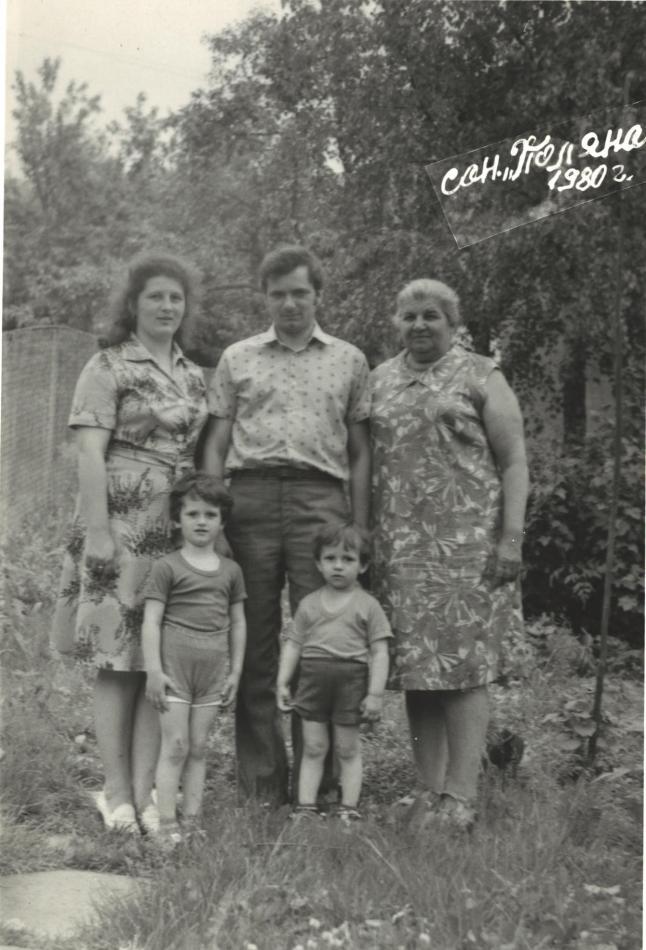 Пан Володимир із сім'єю: дружиною Наталією, синами Владиславом та Олександром, тещею Марією