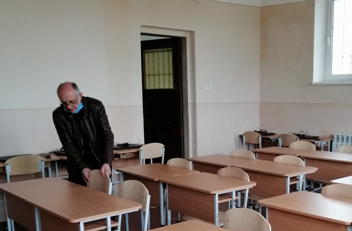 Олександр Бачкай у новому комп'ютерному залі
