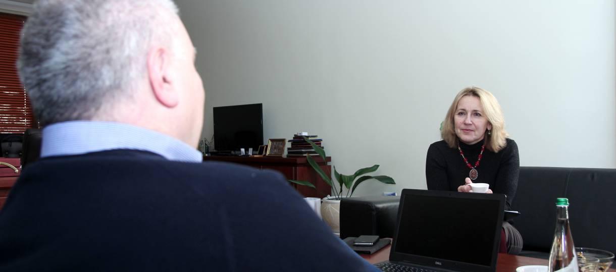 Галина Шумицька під час інтерв'ю з ректором УжНУ