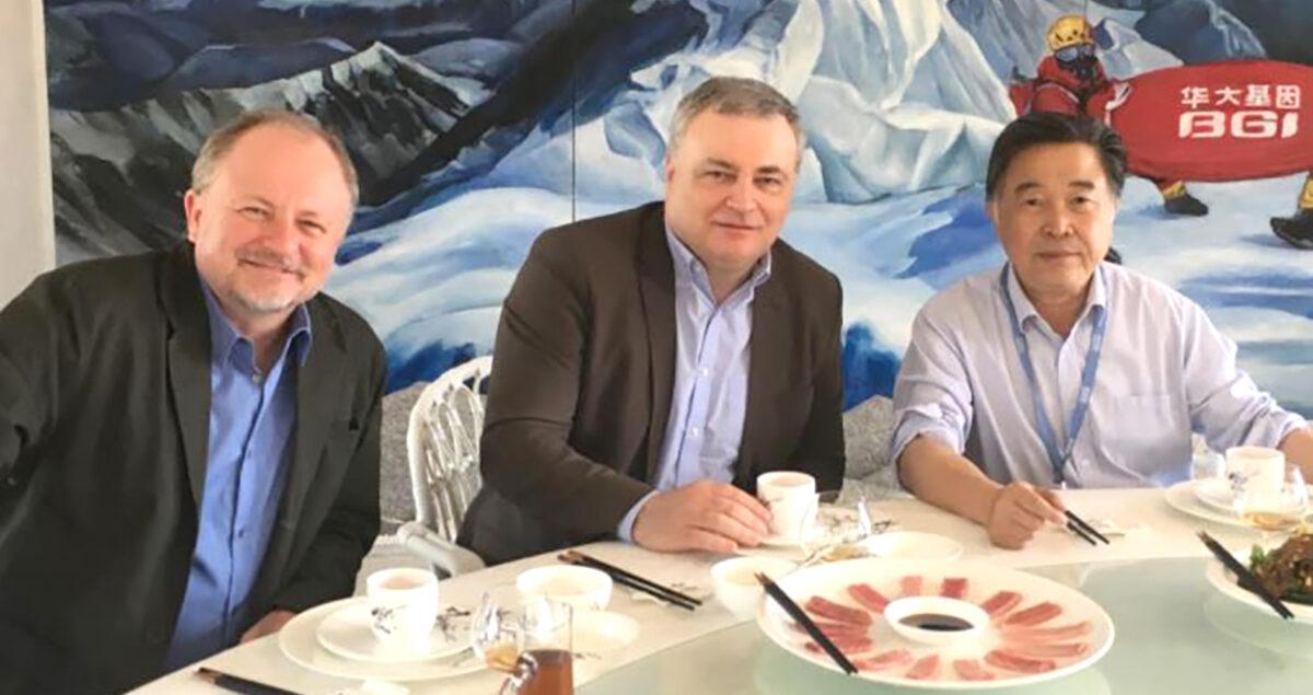 Тарас Олексик, Володимир Смоланка та Янг Хуаньмін за столом переговорів про секвенування