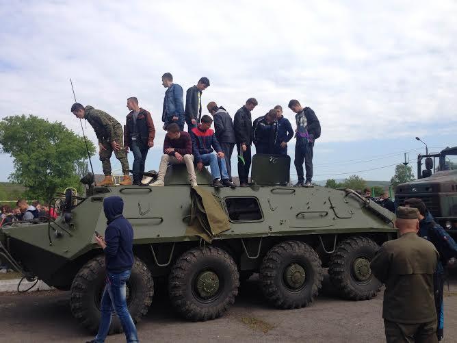 Школярі з Ужгорода та Ужгородщини ознайомлюються із бойовою технікою