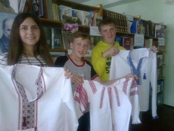 Учні мукачівського аграрного ліцею з вишиванками для донеччан і луганчан