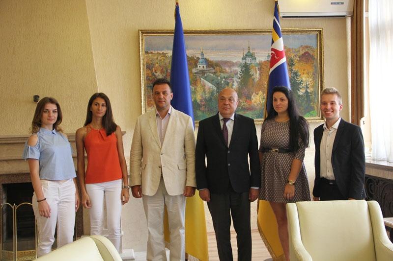 Учні, які склали ЗНО на 200 балів, із керівництвом області (Геннадій Москаль, Михайло Рівіс)