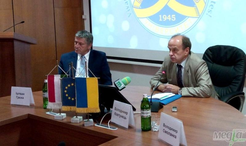 Заступник міністра освіти і науки України Володимир Ковтунець, уповноважений уряду Угорщини Іштван Ґрежа