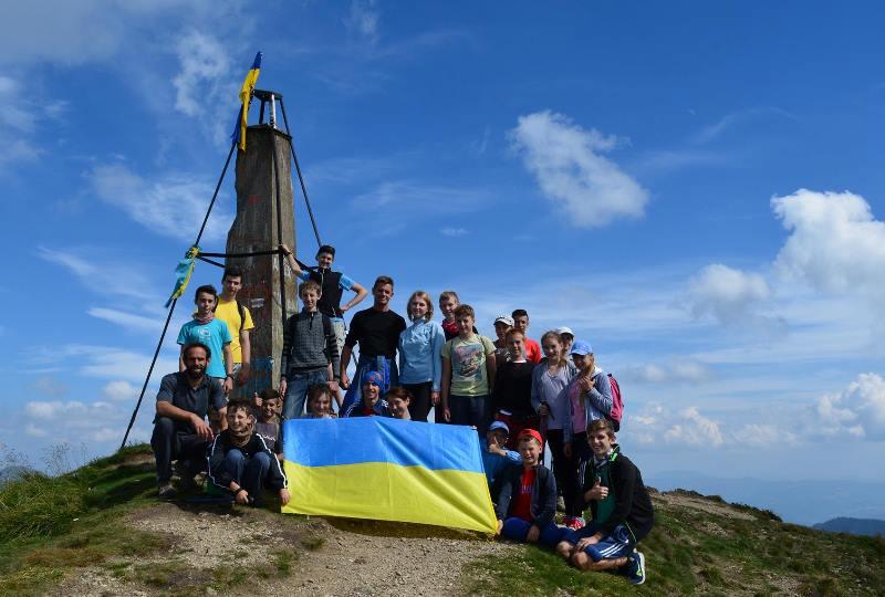 Екскурсія - юні туристи Закарпатського обласного центру туризму