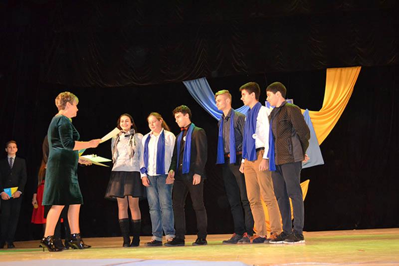 Ганна Сопкова нагороджує переможців турніру юних правознавців