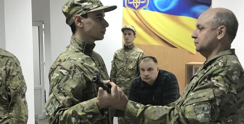 Студентам військової кафедри УжНУ вручили стрілецьку зброю