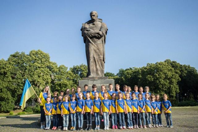 Ужгородські першокласники біля пам'ятника Шевченкові