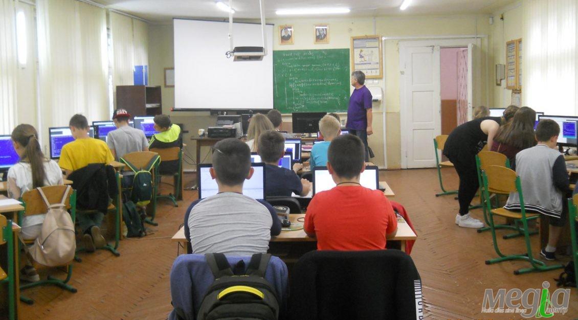 Під час заняття юних програмістів у Хустській гімназії-інтернаті