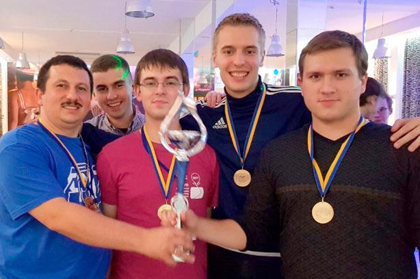 Фіналісти наступного чемпіонату світу «UzhNU_push –force» з тренером Олександром Міцою і з Сергієм Оришичем