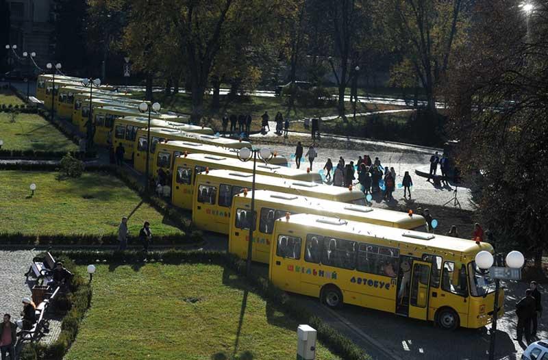 13 шкільних автобусів передали закарпатським навчальним закладам