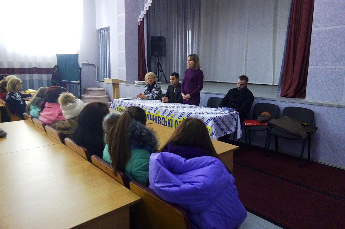 Виступає декан філфаку УжНУ Галина Шумицька
