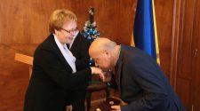 Геннадій Москаль вручає нагороду Валентині Барчан