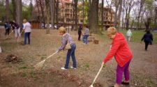 Працівники ужгородського управління освіти прибирали Підзамковий парк