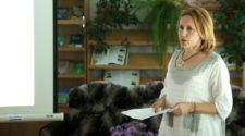 Галина Шумицька під час презентації своєї монографії «Через діалог до взаєморозуміння в мультилінгвальному просторі: регіональна рецепція мовних новацій в освітній сфері»