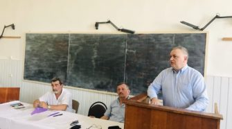 Володимир Смоланка виступає перед працівниками медфаку УжНУ