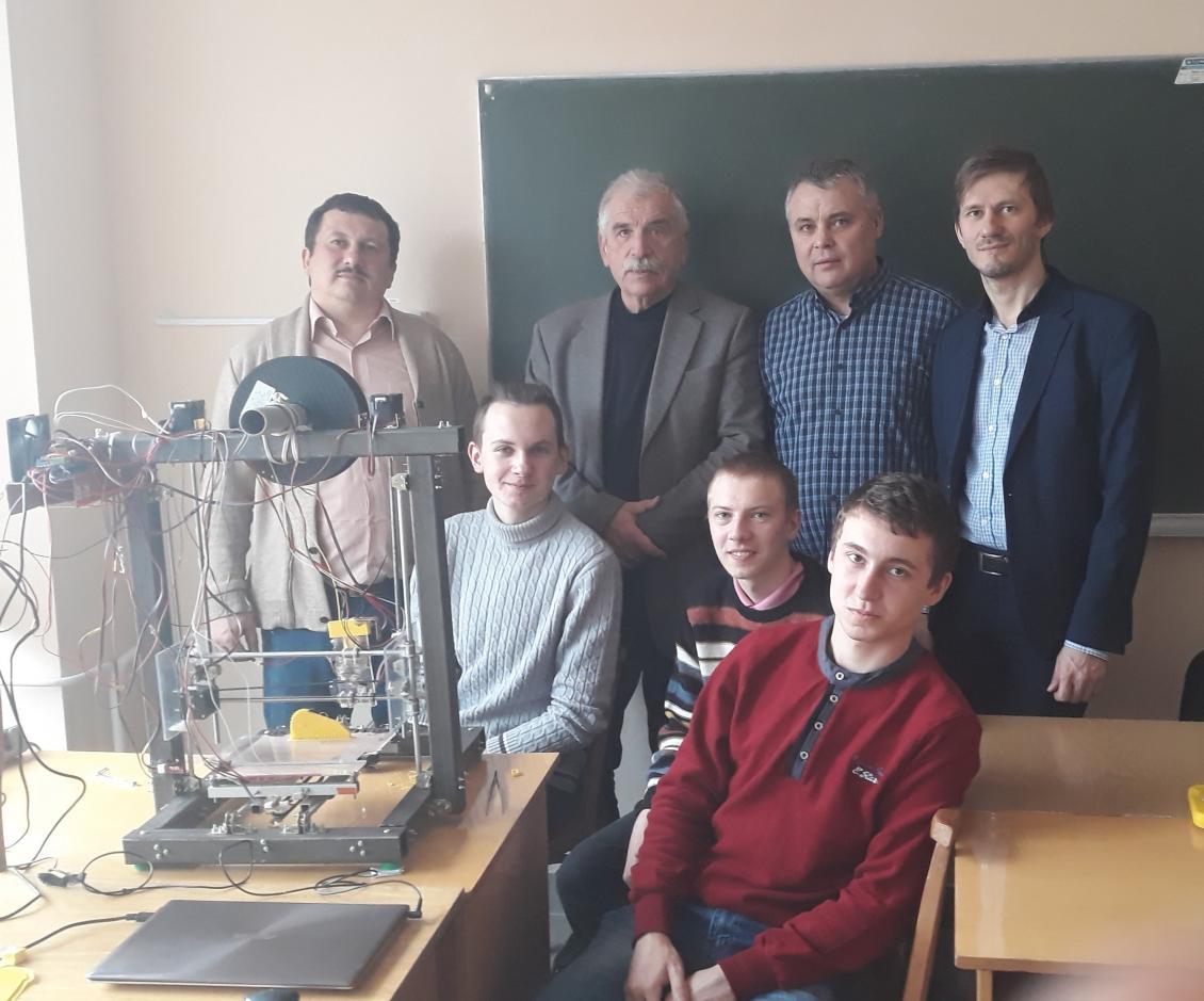 Викладачі та студенти ФІТ з факультетською розробкою
