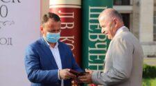 Олексій Петров вручає нагороду Мар'янові Комарницькому